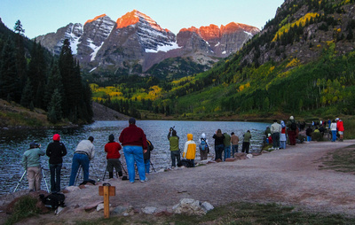 Crowd_at_Maroon_Bells